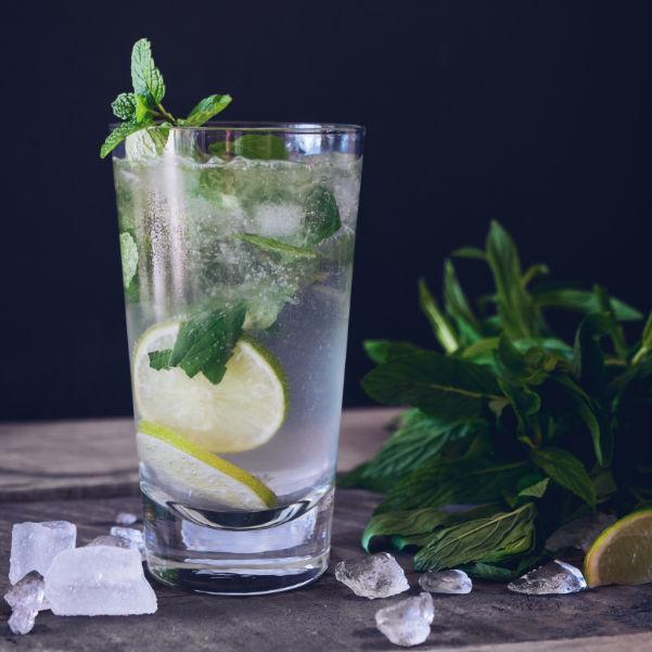 Jednoduchý osviežujúci nápoj s citrónom a mätou