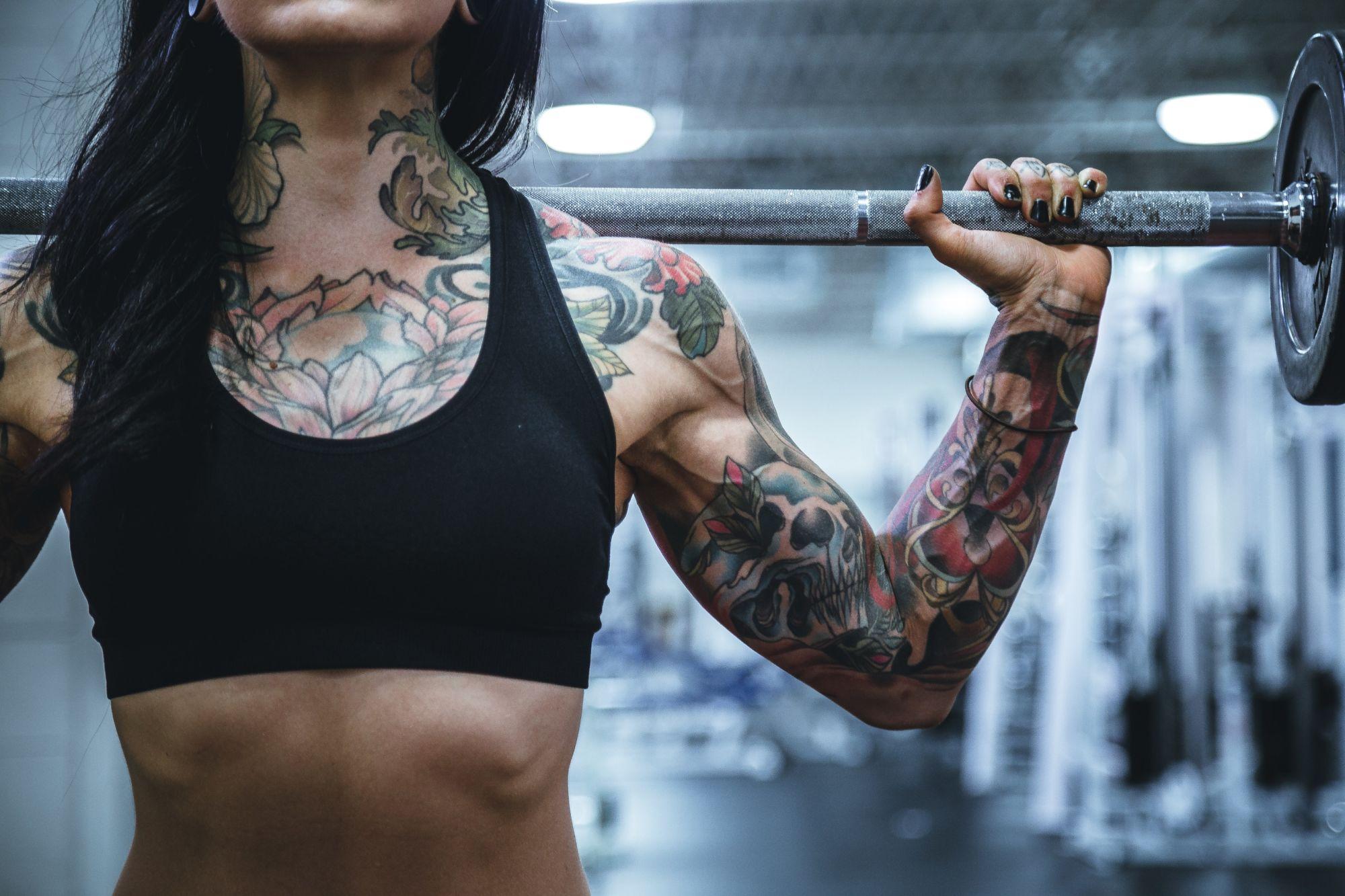 Nápoje na chudnutie, obrázok: tetovana slečna s činkou