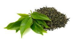 Sypaný zelený čaj a lístky