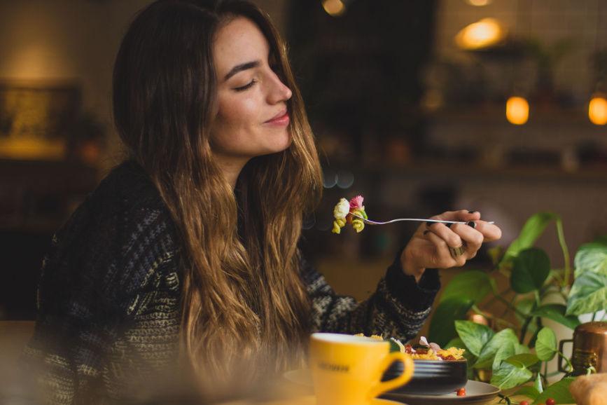 """Žena si vychutnáva jedlo. Kčlánku """"Intuitívne stravovanie"""""""