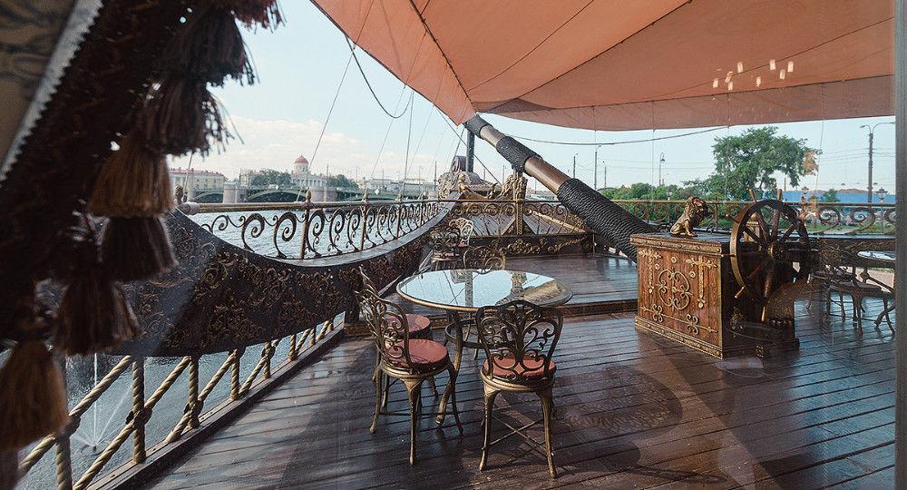 Loď Gollandec, atrakcia a posedenie s výhľadom na Petrohrad