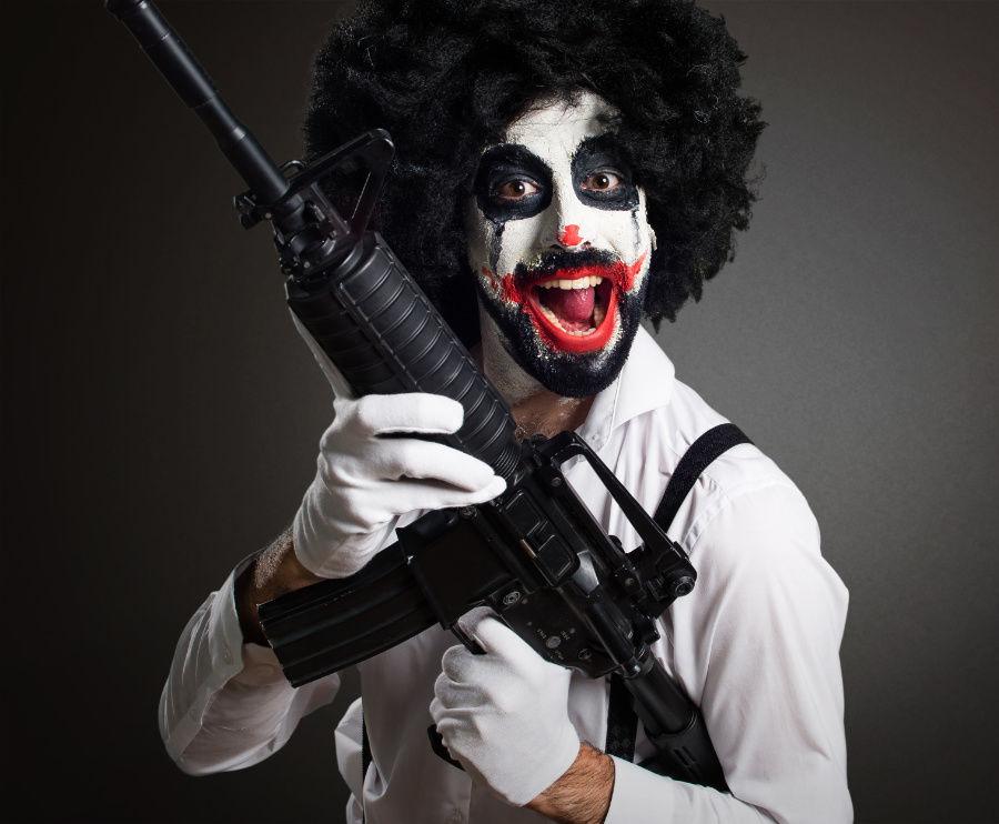 Klaun a zbraň. Vzbudzuje strach?