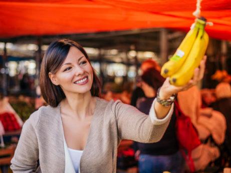 Pani kupuje banany