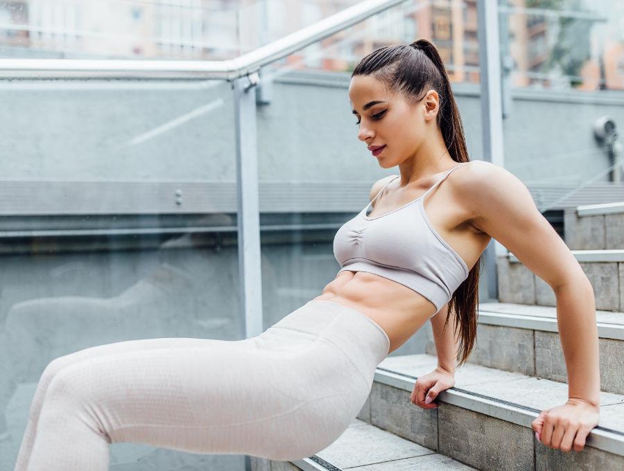 Cvičenie s vlastnou váhou na schodoch