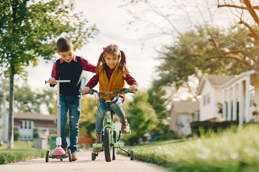 Deti, bicykel a kolobežka