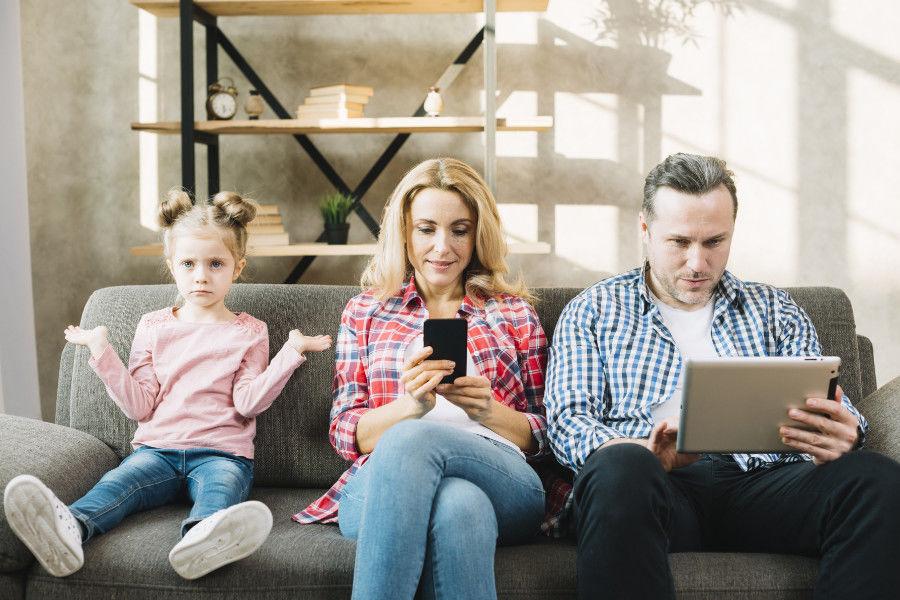 Nasrane decko a rodičia s mobilom