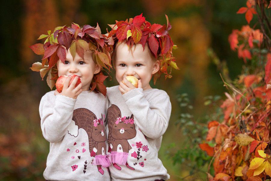 2 deti s jabĺčkami