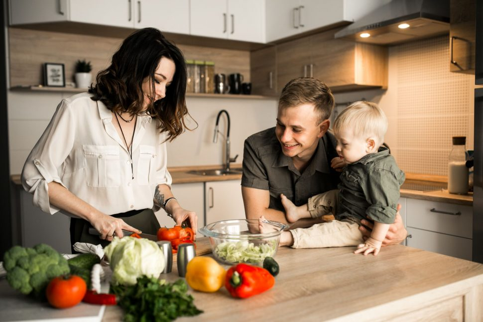 Rodinka si pripravuje jedlo