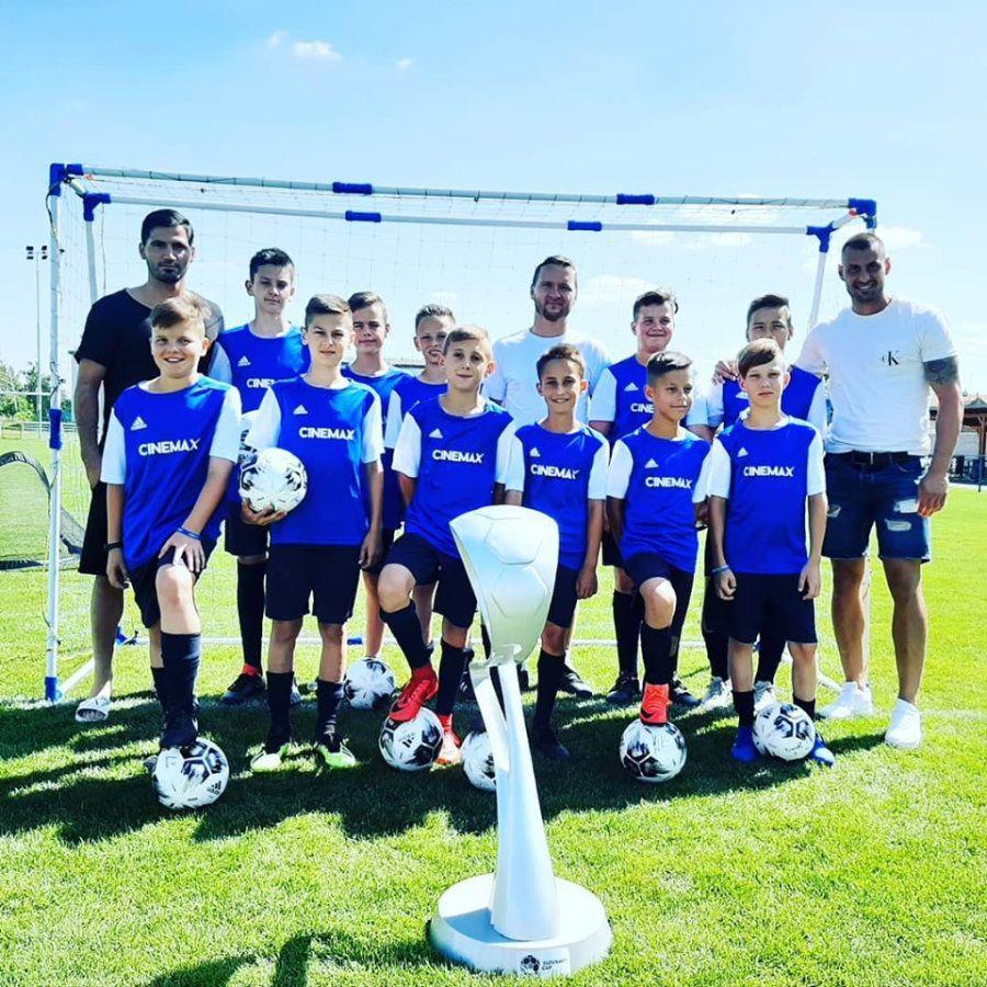 Fotenie detí s futbalovou trofejou