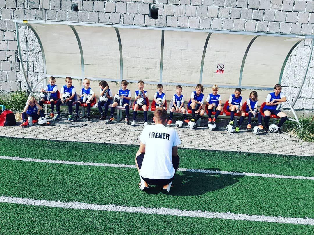 Tréner prednáša deťom
