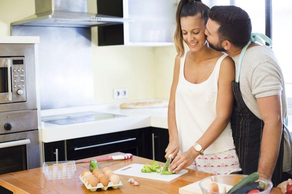 Dvojica pripravuje jedlo s cesnakom