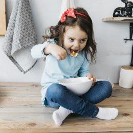 Dievčatko ma na raňajky ovsené vločky