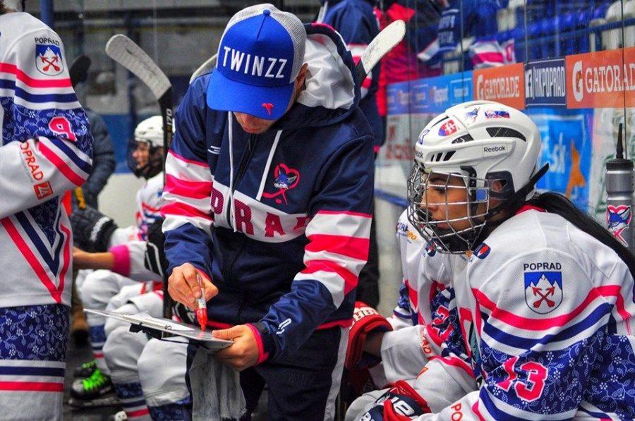 Hokejový tréner Martin Bednár, ženský hokej Poprad, striedačka