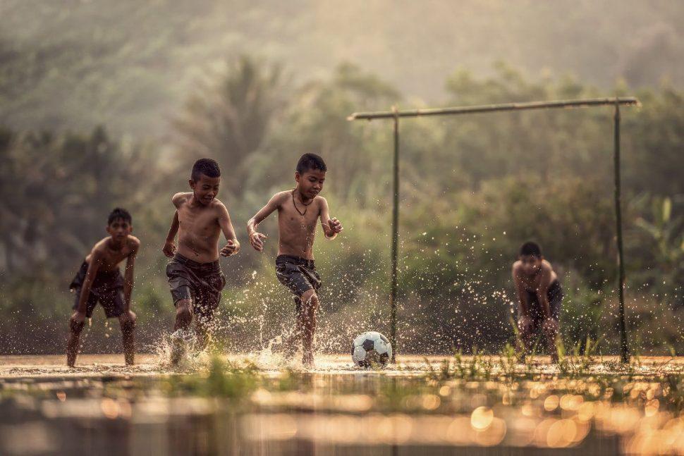Futbalové zápasy medzi chlapcami v džungli
