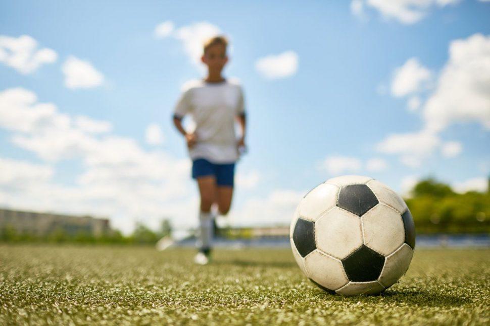 Futbalová lopta a chlapec
