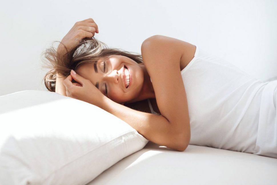 Chudnutie v spánku - Usmiata kráska v posteli