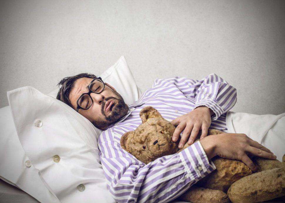 Spánok a chudnutie v spánku - chlapík s mackom v posteli