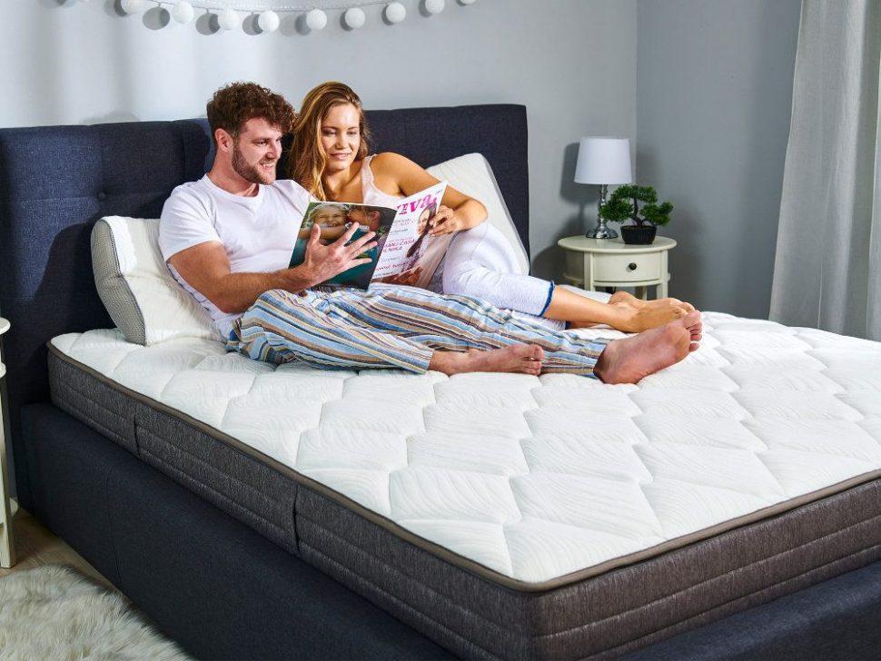 Matrac dormeo a dvojica s časopisom, foto k článku Chudnutie v spánku