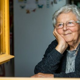 Stará pani v okne - Foto k článku: Recepty starej mamy na imunitu